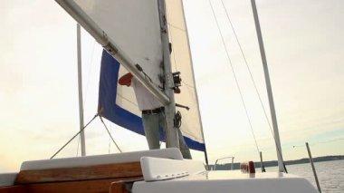 Homme de lever la voile sur le bateau — Vidéo