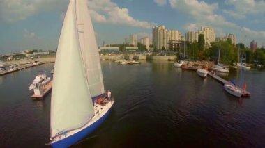 Sailboat leaving dock — Vídeo stock