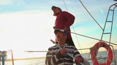 Sailor and captain on sailboat — Stock Video