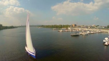 Yachting on wide city river — Vídeo stock