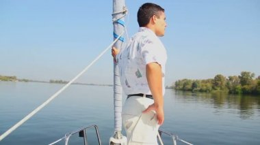 Yachtsman standing on bow — Stock Video