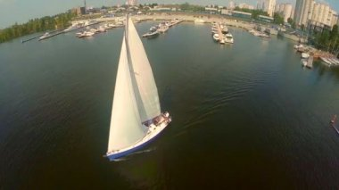 Yacht on city river — Stock Video
