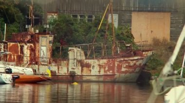Rusty ship in harbor — Vídeo de stock