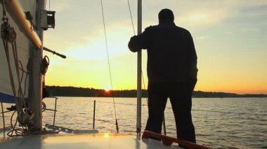 Silhouette of man standing on yacht — ストックビデオ