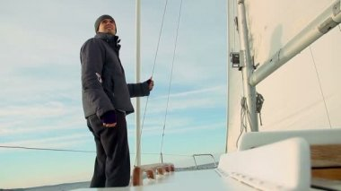 Male sailor on a sailboat — Vídeo de stock