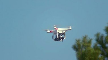 Quadrocopter flying in the sky — Vídeo stock