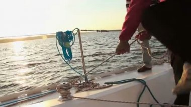 Sailor securing rope on sailboat — Vídeo de stock