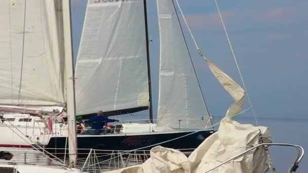 Sailing yacht moving at high speed — Vídeo de stock