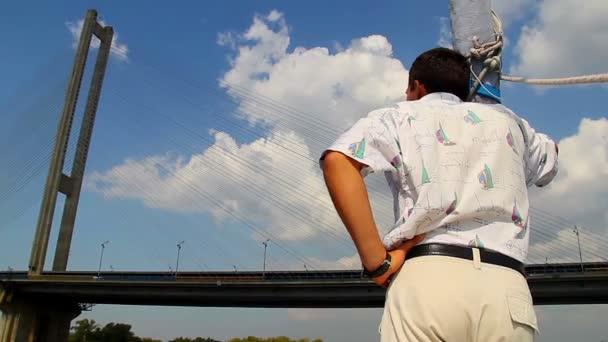 Guy standing on yacht — Vidéo