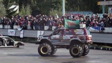 Bigfoot pulling another monster truck — 图库视频影像