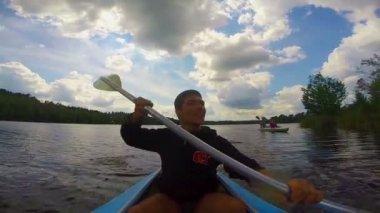 Man actively paddling kayak — Stock Video