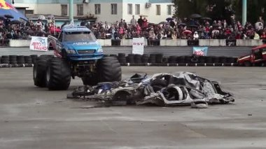 Monster truck runs over cars — Stock Video