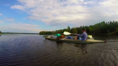 Girl and guy paddling canoe — Stock Video