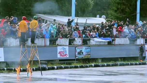 Two stuntmen performing at car — Vidéo