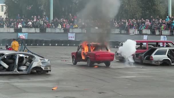 Audience watches car burning — Vidéo