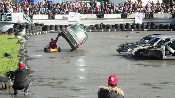 Stuntman performing death-defying stunt — Vidéo