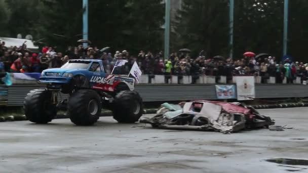 Enorme camión — Vídeo de stock