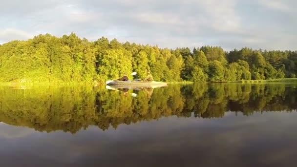 Couple paddling kayak at sunset — Vidéo