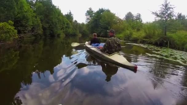 Tourists boating on river — Vidéo