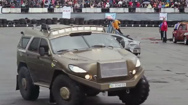 Truck drifting in front of thrilled crowd — Vídeo de stock