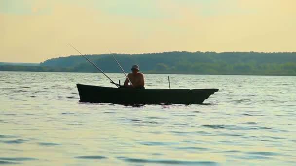 Pescador sentado en barco — Vídeo de stock