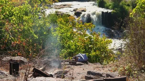 Camping cerca de cascada — Vídeo de stock