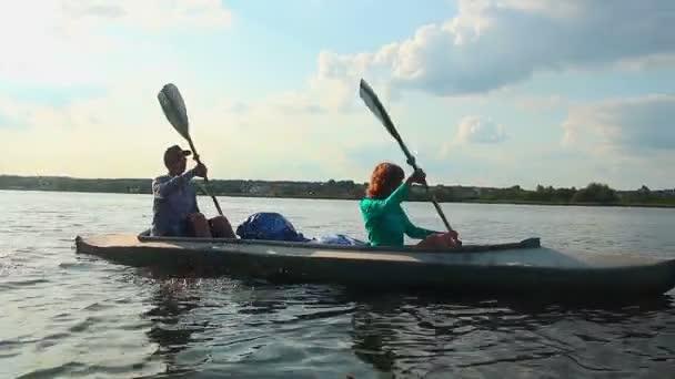 Man and woman paddle boat — Vidéo