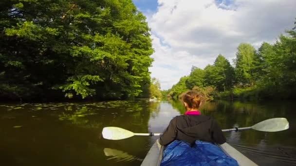 Girl traveler sitting in kayak — Vidéo