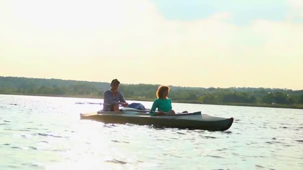 Relaxed couple sitting in boat — Vidéo