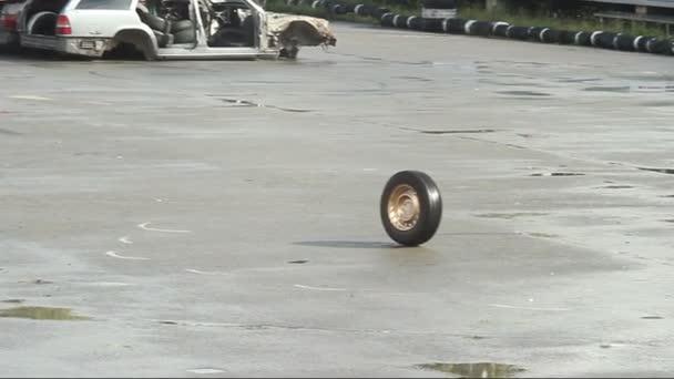 Car wheel rolling on asphalt — Vidéo