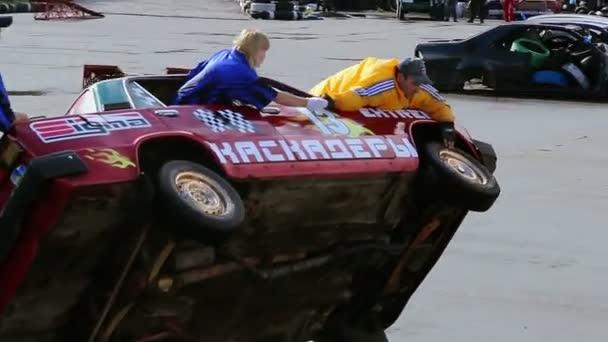Stunt performers change tire — Vidéo