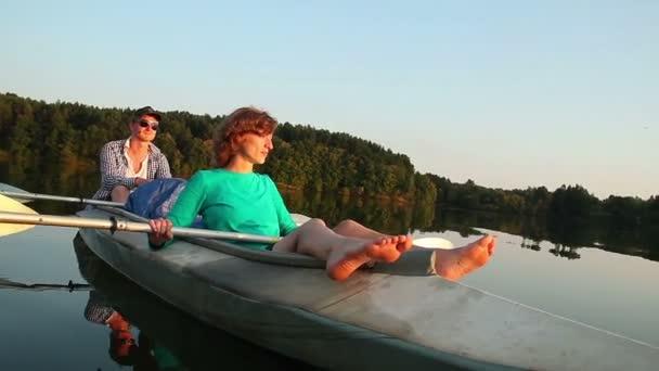 Couple resting on boat — Vidéo
