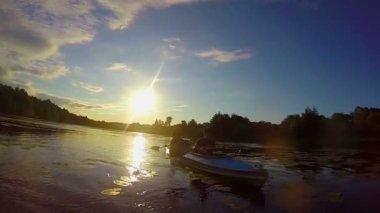 Tourists paddling kayak at sunset — Stock Video