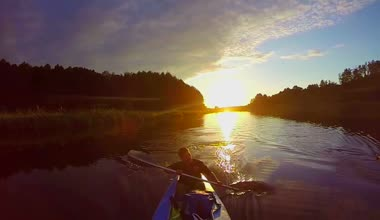 Travelers kayaking at sunset — Stock Video