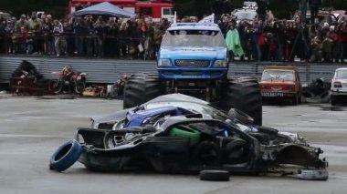 Monster truck with huge wheels — Stock Video
