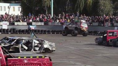 Bigfoot truck entertaining viewers — Stock Video