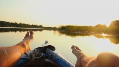 Male feet resting on boat. — Stock Video