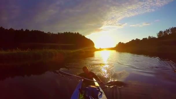 Travelers kayaking at sunset — Vidéo