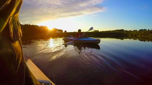 Males kayaking at sunset — Vidéo