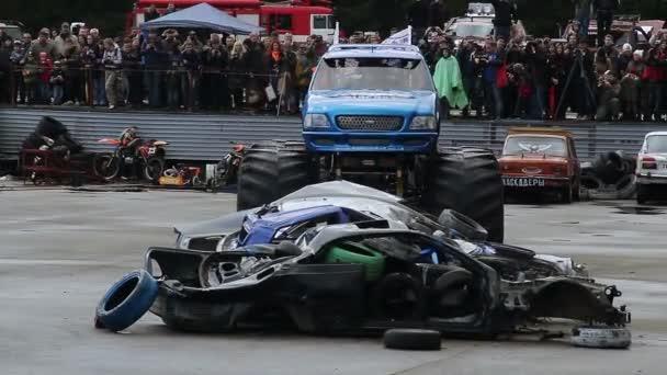Monster truck with huge wheels — Vidéo