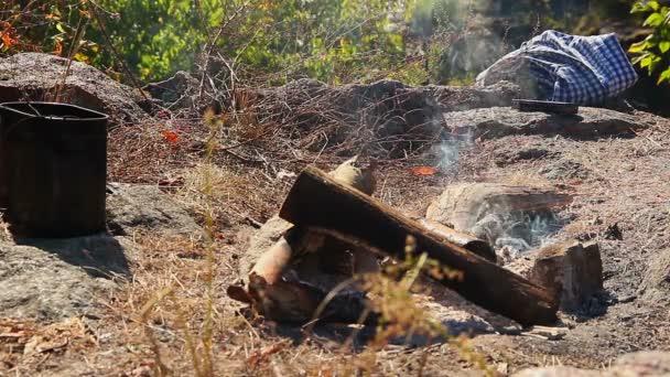 De humo por encima de la fogata — Vídeo de stock