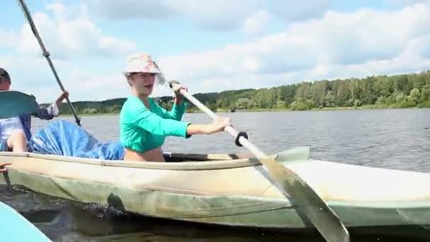 Couple paddling kayak — Vidéo