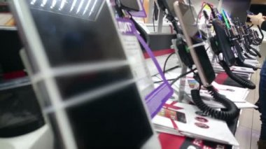 Gadget showroom at electronics store, buyers testing smartphones — 图库视频影像