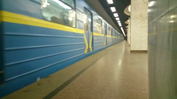 Metro train arrival, many people leave cars, rush hour — Vídeo de stock