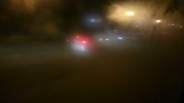 Coche conducir en mal tiempo, tráfico peligroso, riesgo de accidente — Vídeo de stock