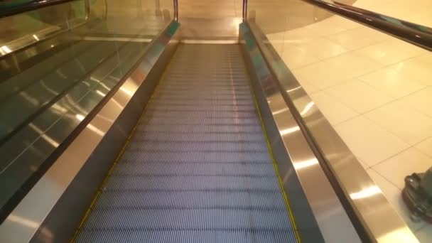 Escalator slowly moving down, reaching end, shopping mall — Vidéo