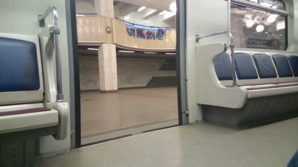 Puertas de cierre, estación final, no hay pasajeros en el tren metro — Vídeo de stock