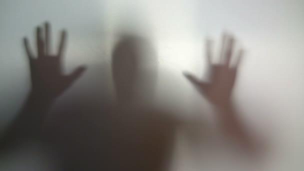 Silueta del hombre contra la pared, esquizofrenia, adicción — Vídeo de stock