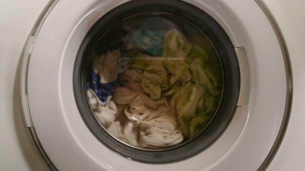 Lavadora carga en proceso de lavado, lavado de dinero — Vídeo de stock