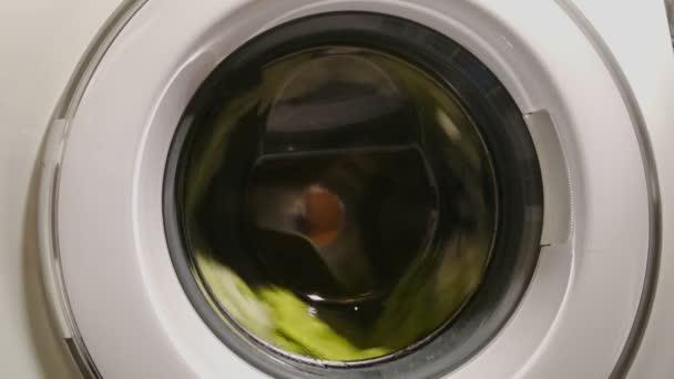 Proceso en máquina de lavar, apagón de la energía, rotura que saca — Vídeo de stock